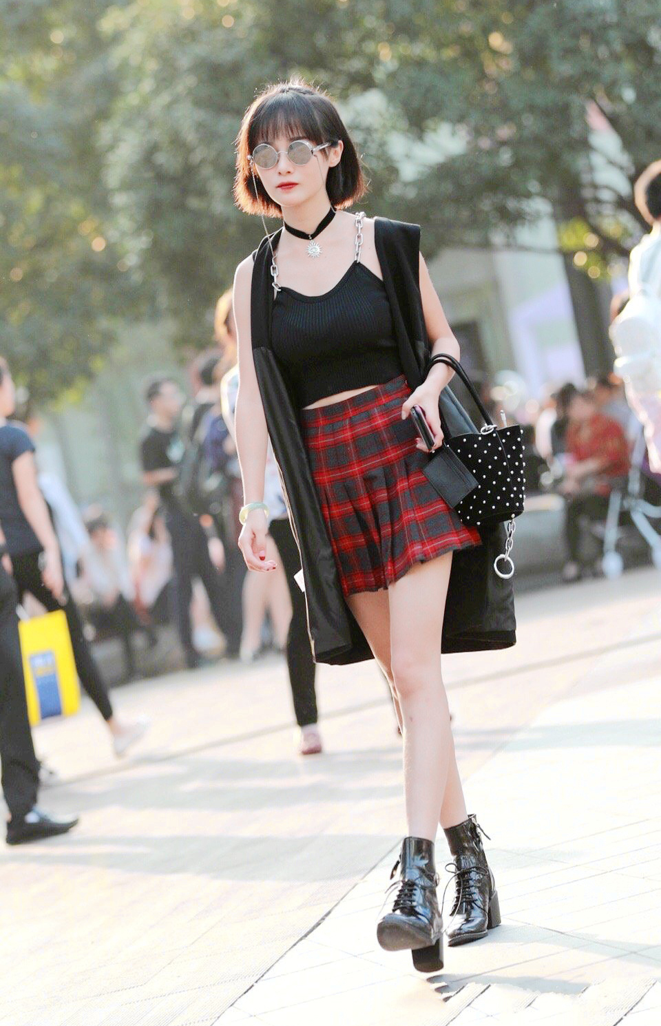 街拍美女:短发女生这样搭配真的好看,既减龄又时尚美